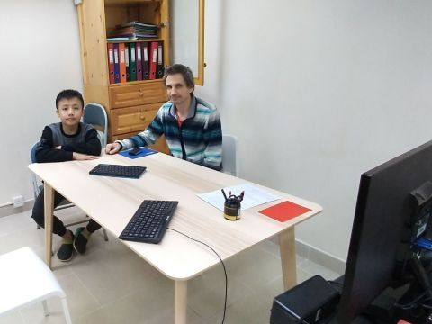 primary school student in one-to-one English conversation course